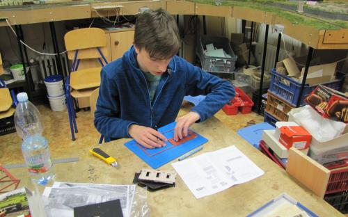 Začátek stavby... vyřezávání dílů z rámečků stavebnice