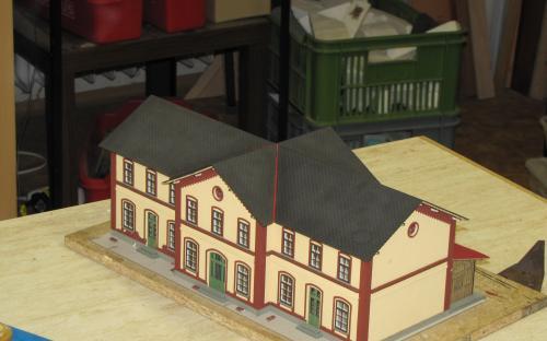 Pohled na budovu po položení druhé vrstvy střechy - chybí už jen komíny