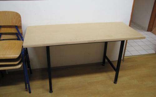 Hotový pracovní stůl v předsíni s ochranným sololitem