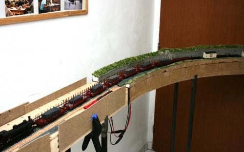 """Pohled do improvizovaná stanice """"Brod"""" na trati v předsíni"""