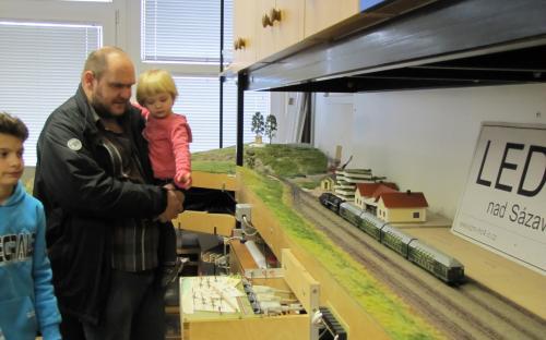 Návštevníci prohlížejí stanici Ledeč