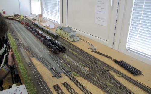 Dva nákladní vlaky připravené k odejezdu. V pozadí osobní vlak.