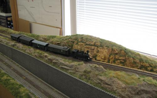 Lokálka s historickou lokomotivou a vozy jede ze Světlé do Ledče...
