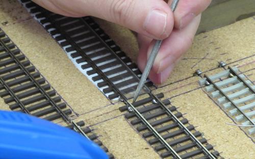 Detail pokládky kolejí - připájení kolejnic k vrutům na kraji desek