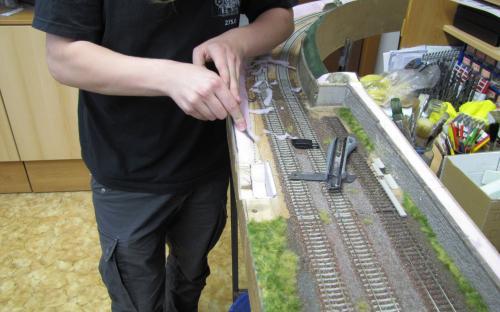 Příprava pro zatravnění kolem trati Tr01