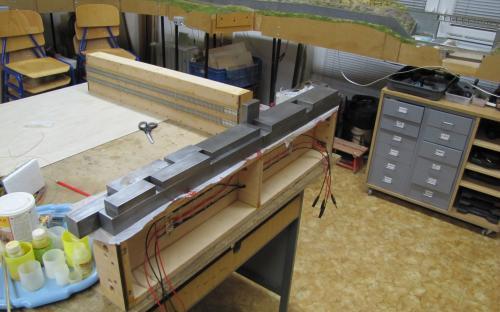 Postuné lepení pásů sololitu na boky traťových dílů