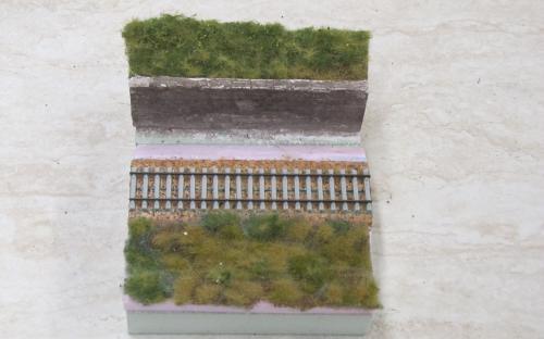 Rozpracované diorama - chybí zatravnění u zdiva a zaštěrkování