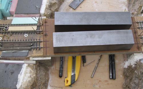 Lepení spodní část konektorů do opěry mostu